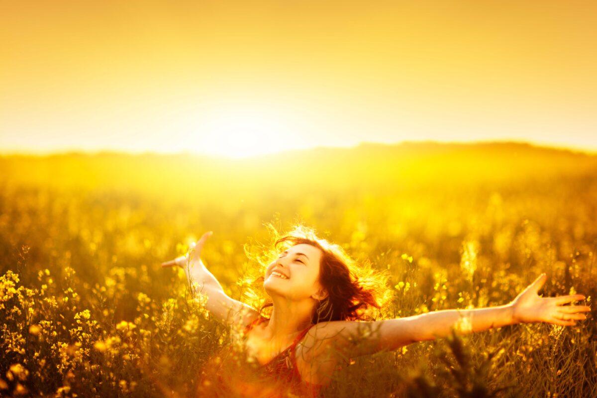Lycklig kvinna på en äng